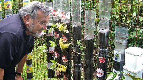 Er stapelt Plastikflaschen in seinem Garten. Das Ergebnis nach einem Jahr ist unglaublich