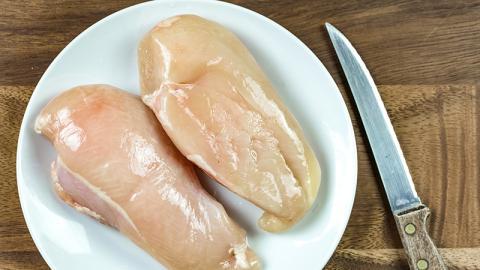 Wieso du bei weißen Streifen auf der Hühnerbrust aufpassen solltest