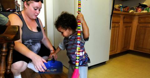 Früh übt sich: Deshalb sollten Kinder im Haushalt helfen