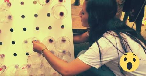 Diese Frau steckt Plastikflaschen in eine Pappwand - die Idee ist einfach genial!
