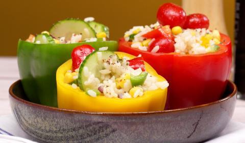 Das ideale Sommerrezept: Mit Reissalat gefüllte Paprika