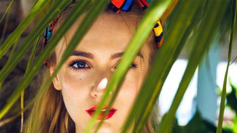 Sommerhitze: So vermeidest du zerlaufenes Make-up und glänzende Haut
