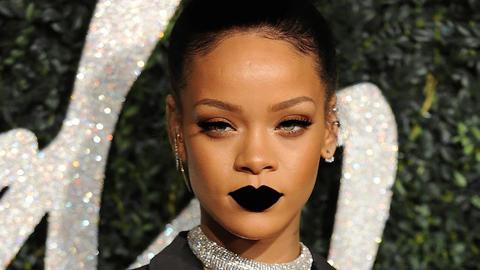 Schwarzer Lippenstift - Klingt unmöglich für dich? Rihanna erklärt, wie es geht