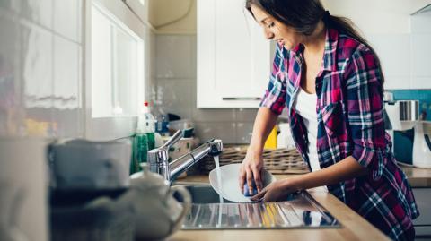Aus bestimmten Grund solltest du dein Geschirr auf keinen Fall mehr von Hand spülen!