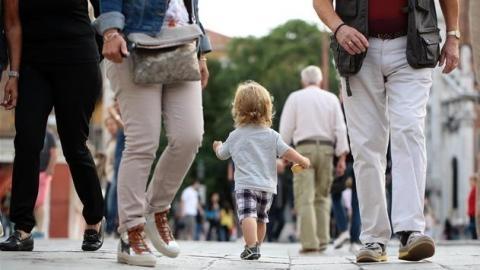 Sie wendet diesen einfachen Trick an und hat keine Sorgen mehr, ihr Kind in einer Menschenmenge zu verlieren!