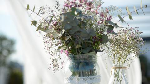 Blumenschmuck: So wählt ihr die richtige Blumendeko für eure Hochzeit