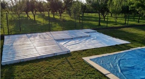 Fünf Freundinnen bauen sich eine flotte Paletten-Terrasse