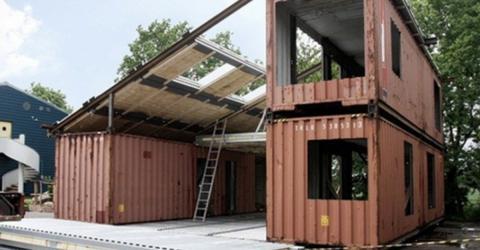 Er nimmt 3 alte Container. Am Ende steht ein wahres Traumhaus!