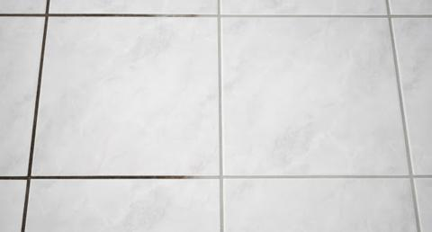 Mit nur wenigen Zutaten bekommst du schwarz gewordene Fliesenfugen ruckzuck wieder sauber