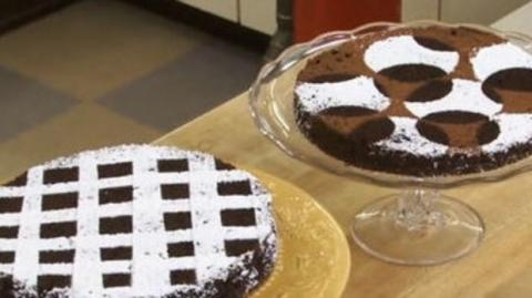 Kuchen verzieren mit Puderzucker und Schablonen
