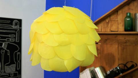 Super! So bastelst du dir ganz einfach einen wunderschönen Lampenschirm!