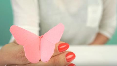 Dieser Origami Schmetterling ist ganz einfach zu falten. Die Kinder werden total verblüfft sein