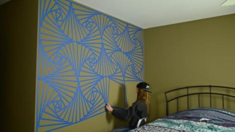 Dieses junge Mädchen macht eine außergewöhnliche Wand-Deko mit Klebeband