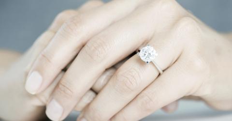 Deshalb tragen immer mehr Frauen einen falschen Verlobungsring