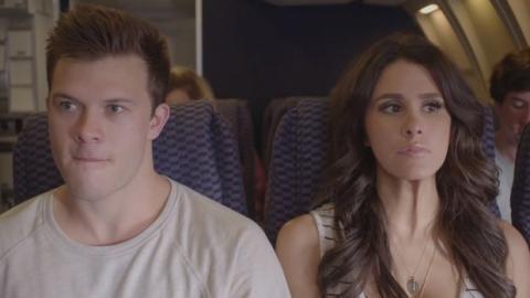 Dieses Paar hat eine unschlagbare Taktik, um Sex im Flugzeug haben zu können.