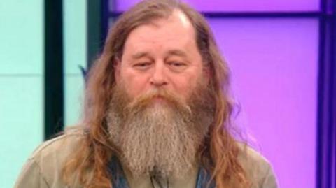 Seit Jahren hat er seinen Bart nicht rasiert: Doch sein Make-Over endet in Tränen