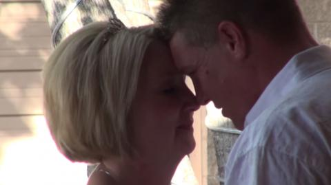 Gehbehinderter Bräutigam bereitet seiner Braut eine besondere Überraschung