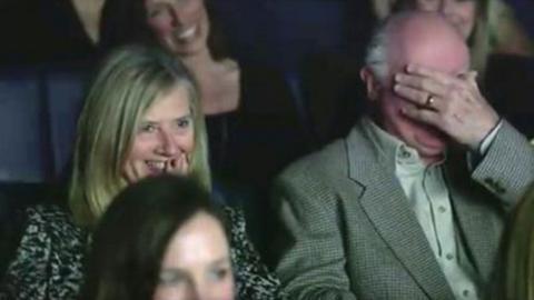 Dieser Großvater sieht seine Enkelin ganz unerwartet auf der Kinoleinwand