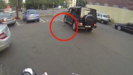 Auf Ihrem Motorrad erteilt diese Frau den Autofahrern eine gute Lehre in Sachen Umweltschutz. Sie werden es nicht fassen können.