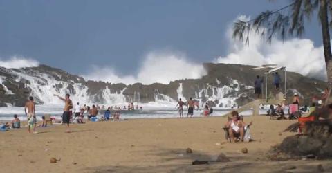 Urlauberin filmt den Strand, als ihr Urlaub plötzlich eine dramatische Wendung nimmt