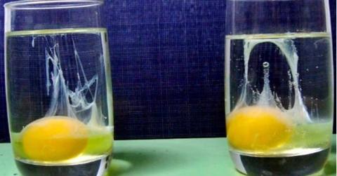 Liegt ein Fluch auf dir? Nimm ein Glas Wasser, ein Ei und finde es heraus!