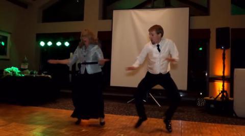 Hochzeitsgäste flippen aus, als der Bräutigam mit seiner Mutter das Tanzbein schwingt