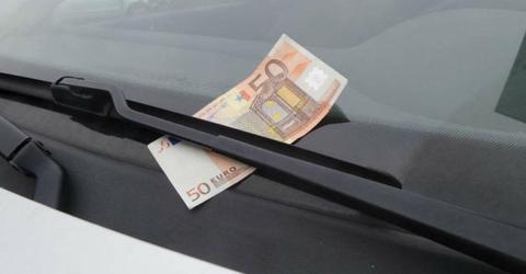 50-Euro-Geldschein an der Windschutzscheibe vom Auto: Was tun?