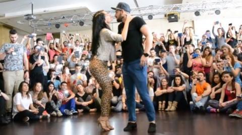 Mit diesem Bachata heizt dieses Tanzpaar dem Publikum ordentlich ein
