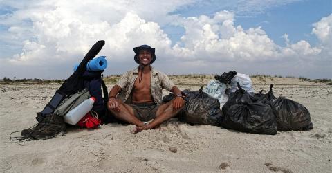 Junger Tunesier läuft 300 km, um am Strand Müll aufzusammeln