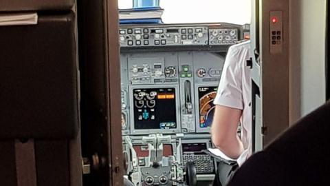 Was dieser Passagier im Cockpit entdeckt, beschert ihm Schweisausbrüche