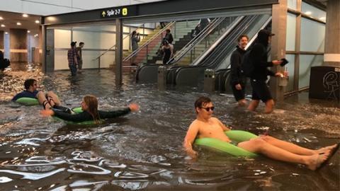 Planschen statt reisen: Schwedischer Bahnhof wird kurzerhand zum Schwimmbad!