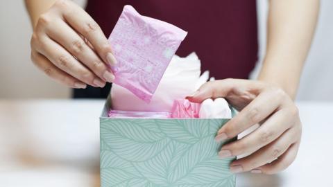 Staat versorgt Frauen jetzt kostenlos mit Binden und Tampons