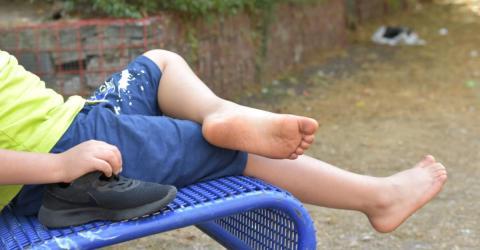 Junge tritt beim Spielen in Spritze. Im Krankenhaus wird das Blut darin getestet