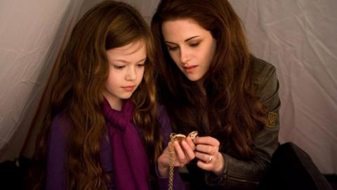 """10 Jahre nach Twilight trifft Kristen Stewart """"ihre Tochter"""" wieder!"""