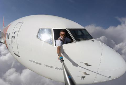 Das Geheimnis des Piloten, der dauernd Selfies während des Fluges schließt