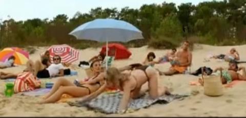 Diese Frau will Männer am Strand beeindrucken, aber sie bereut es schnell!