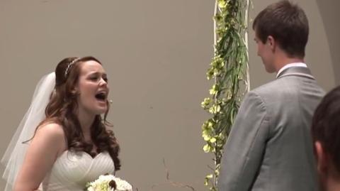 Auf dem Weg zum Traualtar singt diese Braut ein Lied für den Bräutigam und rührt alle zu Tränen
