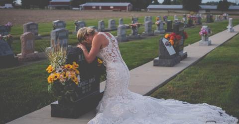 Es ist der Tag ihrer Hochzeit, doch sie kniet vor einem Grabstein