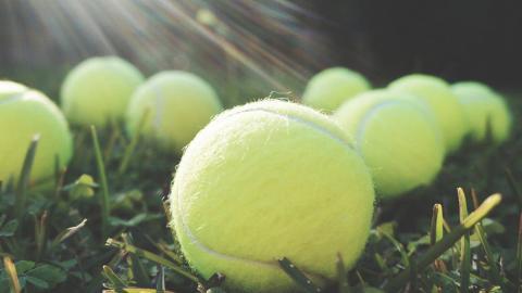 Warum du im Flugzeug immer einen Tennisball bei dir haben solltest