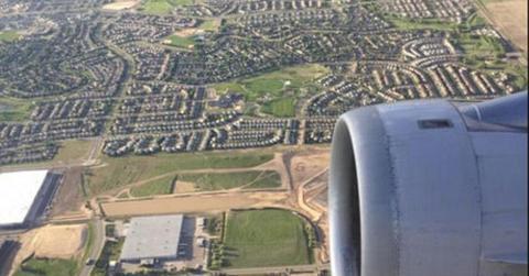 Er fotografiert aus dem Flugzeug heraus die Landschaft. Erst später wird ihm bewusst, was er sieht