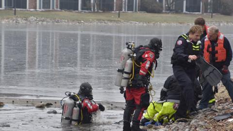 Sein Hund kracht in einen zugefrorenen See ein und er will helfen. Doch alles kommt noch schlimmer