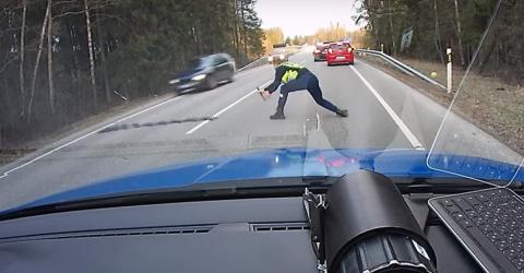 Die Polizei stoppt Raser mit einer genialen Methode!