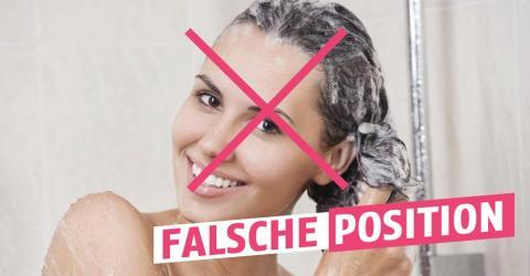 Es gibt nur eine richtige Körperhaltung beim Haarewaschen und diese ist es nicht!