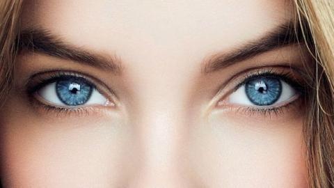 Menschen mit blauen Augen haben außer der Augenfarbe noch etwas gemeinsam