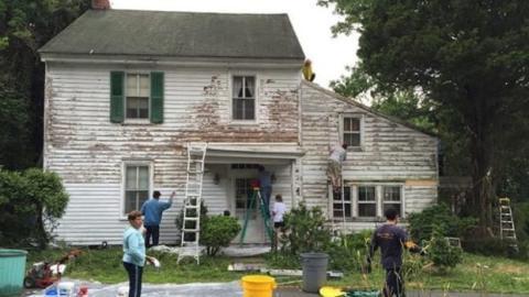 Ein junges Paar macht etwas ganz Besonderes für ihre verschuldeten Nachbarn