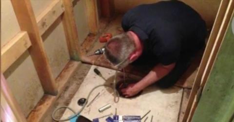 Er erbt ein Haus und entdeckt unter einem Teppich eine Luke. Er kann kaum glauben, was er darunter findet
