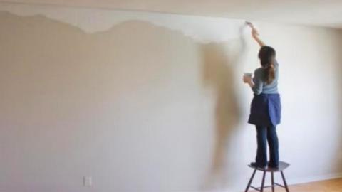 Das hat man davon, wenn man Frauen die Wand im Wohnzimmer streichen lässt...