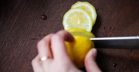Sie stellt jede Nacht eine Zitrone neben ihr Bett - der Grund ist genial