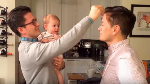 Dieses Baby weiß nicht mehr, wo ihm der Kopf steht, als es zum ersten Mal den Zwillingsbruder des Papas sieht