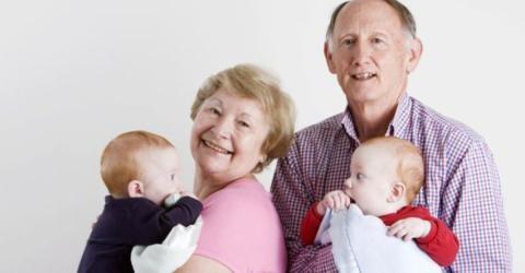 Egoismus pur oder spätes Babyglück: Ehepaar wird mit 60 Jahren Eltern von Zwillingen